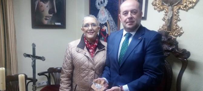 La familia Iglesias Biedma regala un broche a nuestra Sagrada Titular